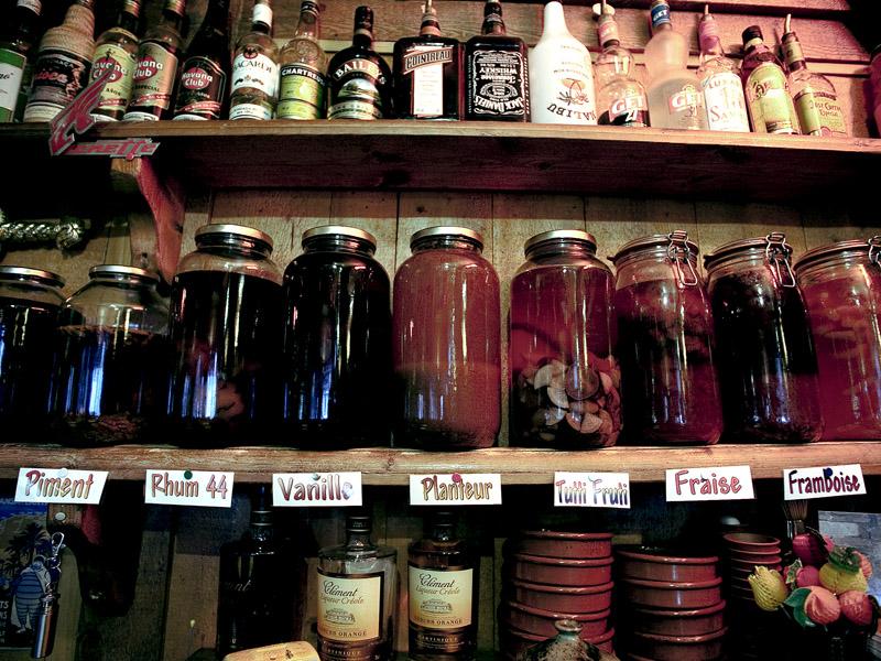 """Ром с корицей, ванилью, фиалкой, ананасом, персиком, дыней - фирменное """"блюдо"""" в Rombox © Proalps"""