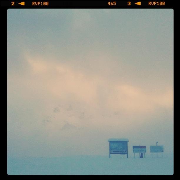 Еле проглядывающий сквозь туман Порто-Весково над Араббой