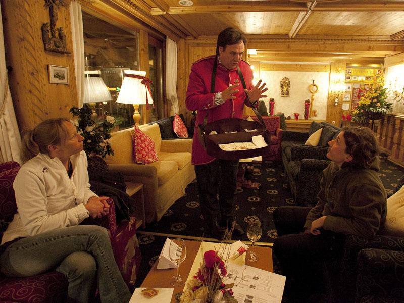 Хозяин отеля Ferienart в Саас-Фе за работой - приветственный бокал вина и закуски для гостей