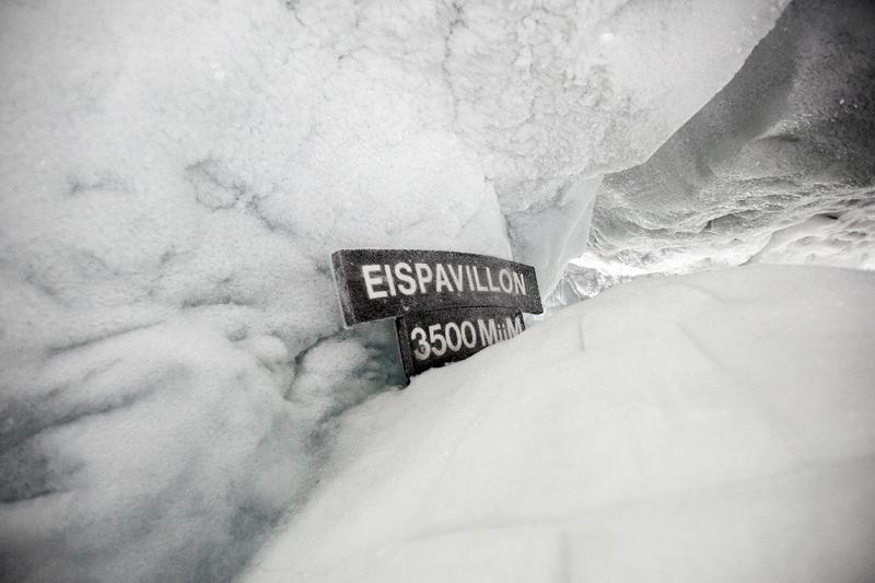 Ледяной грот на высоте 3500 м в Саас-Фе
