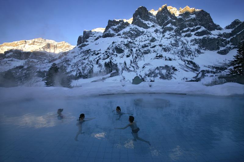 Открытый бассейн в Alpentherme с видом на Daubenhorn © Leukerbad Tourismus