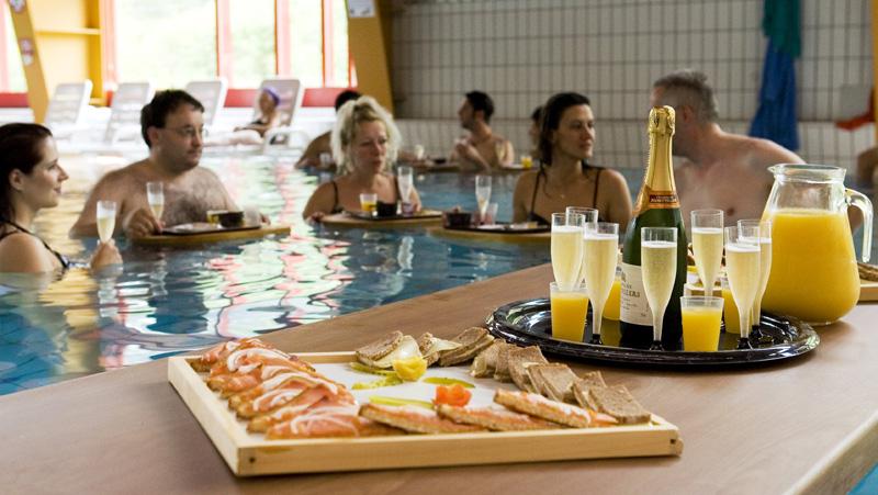 Завтрак с шампанским прямо в бассейне © Leukerbad Tourismus