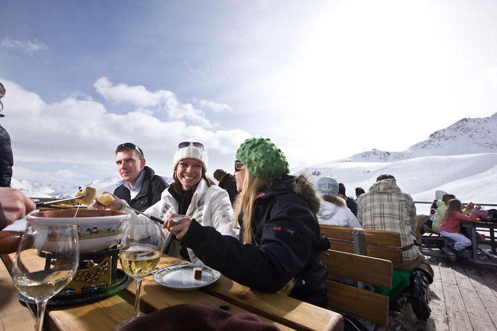 ENGADIN St. Moritz: Fondueplausch auf der Terrasse des Restaurants Gluenetta