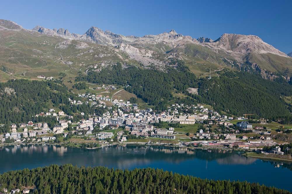 ENGADIN St. Moritz: Blick auf St. Moritz und St. Moritzersee mit Gebiet Corviglia/Piz Nair