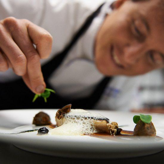Austria - Salisburghese - Lungau - Mauternsdorf - Ristorante Mesnerhaus - Il titolare e chef, Josef Steffner, corregge un piatto in cucina