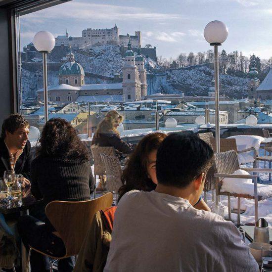 Oesterreich, Stadt Salzburg, Café Bar Lounge Stein Terrasse, Blick  auf die Altstadt und Festung Hohensalzburg